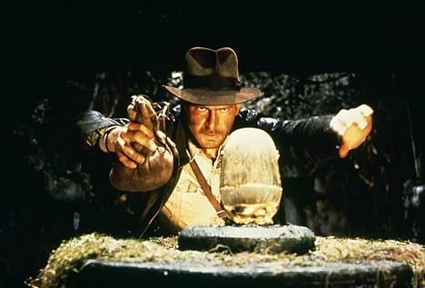 Seikkailija-arkeologi Indiana Jones (Harrison Ford) etsii myyttistä liitonarkkia.