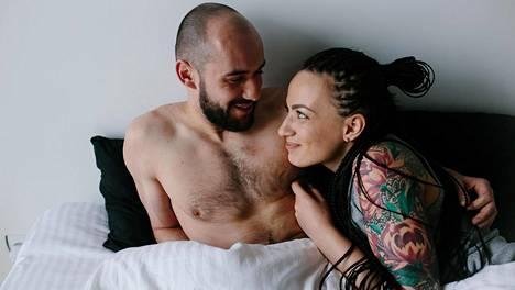 Se, että pidät itse kehostasi, auttaa kumppaniasi pitämään siitä. Mieti myös, miten puhut toiselle. Sekin heijastuu seksiin.