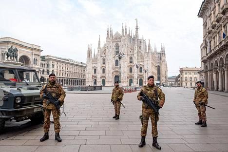 Noin 7000 sotilasta on jo määrätty Italiassa tarkastamaan hallintorakennusten ja turistikohteiden liepeillä liikkuvia ihmisiä. Perjantaina sotilaat tarkastivat kulkijoiden papereita Milanon Piazza Duomolla.