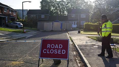 Poliisi vartioi lähellä myrkytyspaikkaa Britannian Salisburyssa.