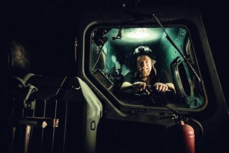 Ville pääsi leirintä alueella sijaitsevan tankin sisään.