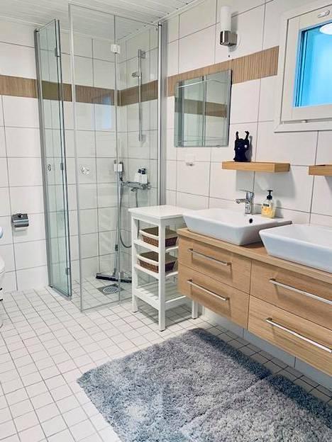 Asunnossa on erillinen makuuhuone, olohuone-keittiö ja kylpyhuone.