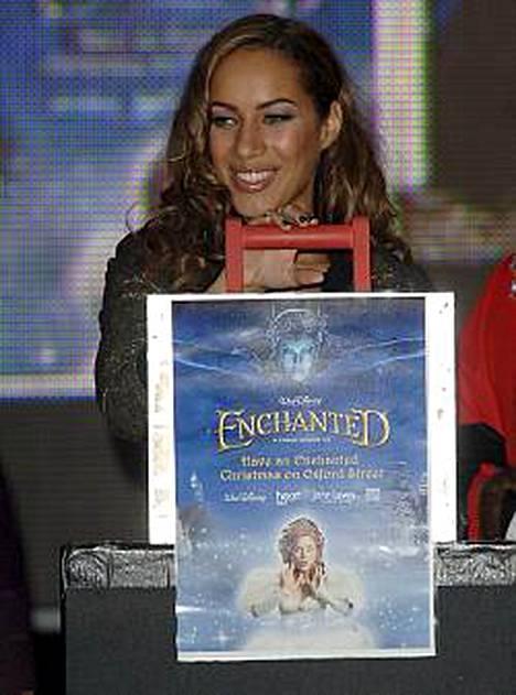 Leona Lewis on edelleen brittien albumilistan kärjessä.