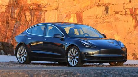 Sukunäkö muihin Tesla-malleihin on ilmiselvä. Hartialinja on matalampi kuin isommassa Model S:ssä, ja lasipinta-alaa tulee sitä kautta suhteessa enemmän. Katon ja korin muodoista huolimatta Model 3 ei ole viistoperäinen, vaan sedan-korinen auto. Performance-version 20-tuumaiset pyörät lisäävät rengasmelua reippaasti.