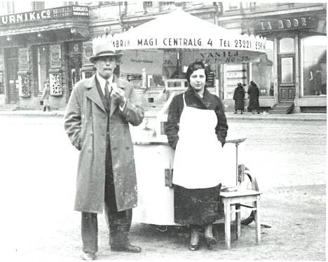 Entisajan jäätelömyyjät olivat usein arvonsa tuntevia keski-ikäisiä naisia. Kuvassa Magin jäätelökärry 1920-luvun Helsingissä.