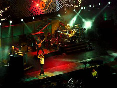 Vain yksi oli joukosta poissa, Freddie Mercury. Paul Rogers oli solistina.