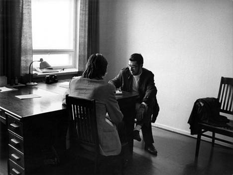 """Rikostoimittaja Hannes Markkula haastattelee Cortina-miestä Heinolan poliisiasemalla. """"Mitään näyttöä poliisi ei löytänyt. Ei voinutkaan löytää, sillä rikosta en ole tehnyt"""", mies kommentoi Liisan murhaa."""