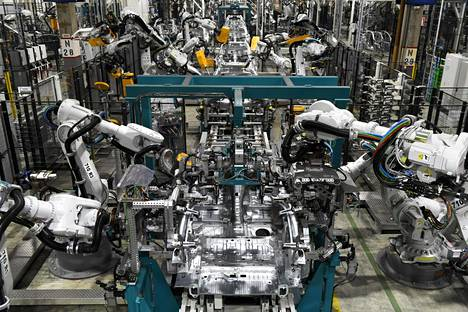 Robotit kasaavat Mercedes-Benz A-sarjan autoja ja Mercedes-Benz GLC-katumaastureita Valmet Automotive Oy:n tehtaalla Uudessakaupungissa 27. maaliskuuta 2017.
