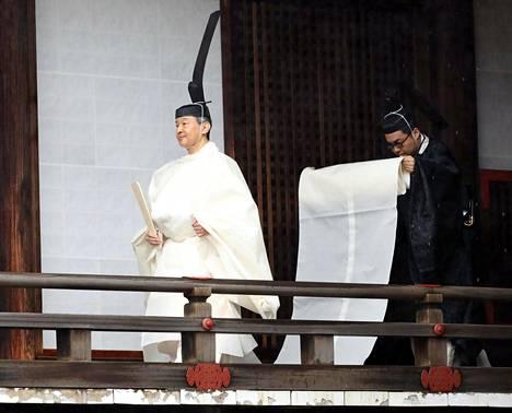 Tällaisessa asussa Naruhito saapui seremoniaan.
