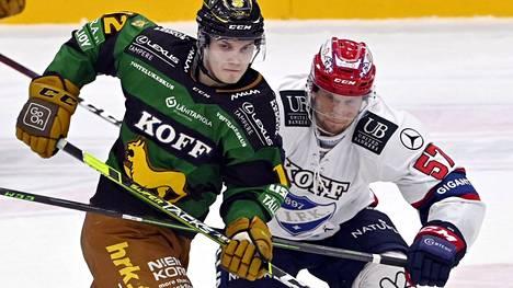 Matias Mäntykivi (vas.) oli tehokkaalla pelipäällä Ilveksen kaataessa kotonaan HIFK:n voittolaukauskisan jälkeen. Kuvassa Mäntykiven taisteluparina Johan Motin.