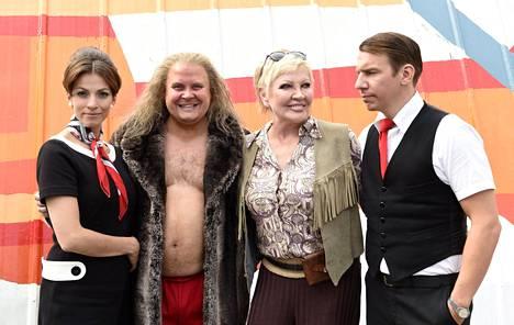 Jenni Banerjee, Janne Kataja, Hannele Lauri ja Aku Hirviniemi Nelosen uuden Keihäsmatkat-sarjan kuvauksissa.