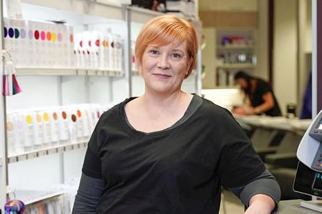 Kahden palvelualan ihmisen taloudessa tekisi tiukkaa, sanoo parturi-kampaaja Tiina Parjanen.