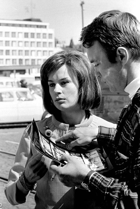 Harriet Andersson Jörn Donnerin ohjaaman elokuvan Täällä alkoi seikkailu kuvauksissa vuonna 1965.