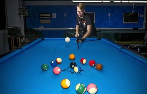 Avauslyönti on pool-pelin tärkein. Valkoinen pallo lentää ilmaan Matikaisen avauksen voimasta.