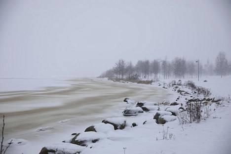 Lumi peitti Arabianrannan. Samalla katosi näkyvyys Kalasatamaan.