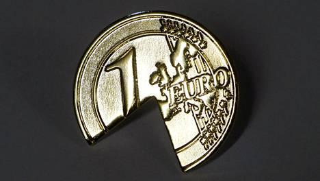 STTK:n pinssissä kuvattu naisen euro on 83,3 senttiä.
