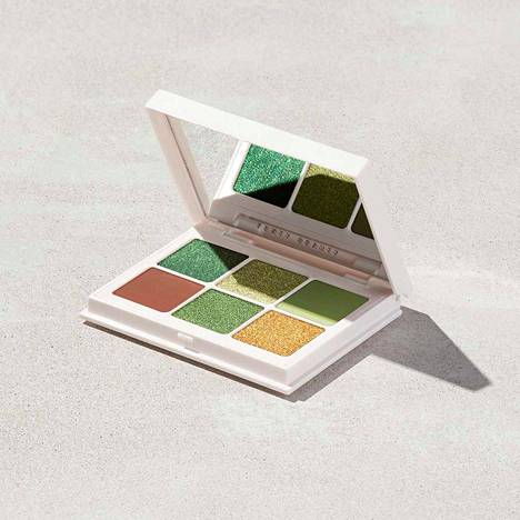 Rihannan meikkimerkki Fenty Beautyn Snap Shadows Mix & Match Eyeshadow Palettea saa tilattua myös Suomeen, noin 22 €. Vihreän sävyjä löytyy Money-paletista.