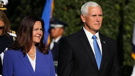 Yhdysvaltain varapresidentti Mike Pence (oik.) ja hänen puolisonsa Karen Pence.