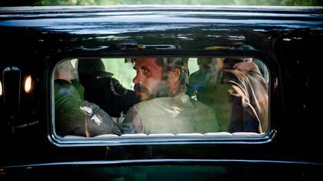 Jussi Ketola kuljetetaan mustalla autolla Neuvostoliiton rajan tuntumaan, mistä hän pääsee pakenemaan murhaajiaan.