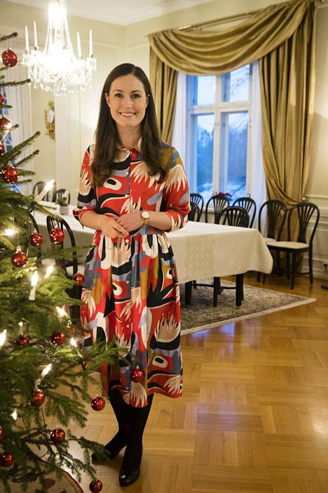 Sanna Marin on pukeutunut Uhana Designin vaatteisiin aiemminkin. Kuvassa pääministeri Kesärannassa joulun alla yllään brändin värikäs mekko.