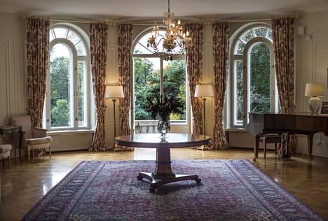 Pianohuoneesta avautuu näkymä puutarhaan.
