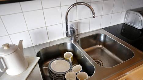 Kannattaako tiskialtaaseen lorauttaa ketsuppia tai kattila putsata suolalla? Asiantuntija kertoo, toimivatko netissä pyörivät siivousniksit.