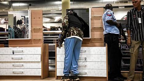 Turvamiehiä ja poliiseja Westgaten ostoskeskuksessa.
