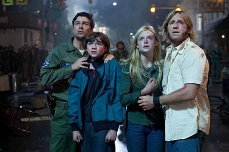 Junatörmäystä seuraa joukko salaperäisiä tapahtumia. Rooleissa Kyle Chandler, Joel Courtney, Elle Fanning ja Ron Eldard.