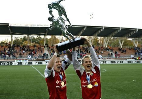Vuonna 2005 MyPa juhli Veikkausliigan mestaruutta. Pokaalia nostamassa Tuomas Haapala ja Toni Huttunen.