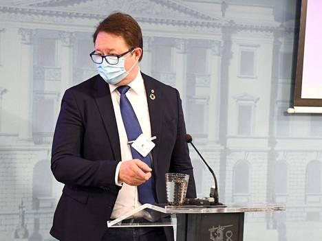THL-johtaja Mika Salminen puhui keskiviikkona THL:n ja STM:n tiedotustilaisuudessa, jossa käsiteltiin koronavirustilannetta.