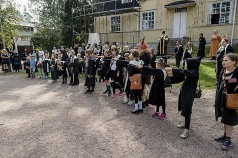 Koulun pihalla tapahtunut välikohtaus sai velho-oppilaat nostamaan sauvansa.