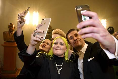 Useat vieraat ottivat innoissaan selfieitä Alman kanssa Linnan juhlissa.
