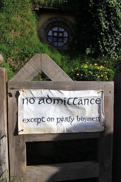 Frodon ja Bilbon kodin portissa oleva kyltti varoittaa kutsumattomia vieraita.