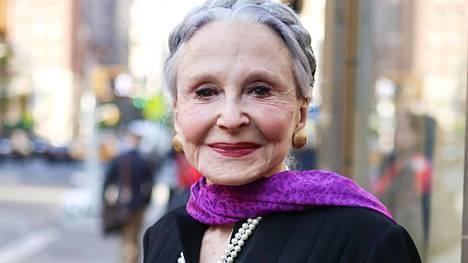 Joyce Carpatin helmikaulanauha kuuluu taas trendikkääseen pukeutumiseen – kunhan tyylin vetää kunnolla yli.