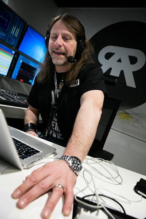 Normaalisti Radio Rockin studiossa lähetystä vetää muun muassa radiokonkari Jone Nikula.