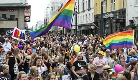 Pride-kulkue keräsi valtavasti yleisöä Oulun kävelykadulle vuonna 2018.