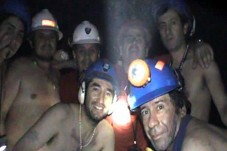Kaivosmiehet poseerasivat loukussaan kameralle 17. syyskuuta. Tuolloin he olivat ehtineet viettää maan alla kuusi viikkoa.