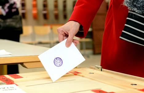 Eduskuntavaalien äänestystä Iiivisniemen koululla Espoossa.