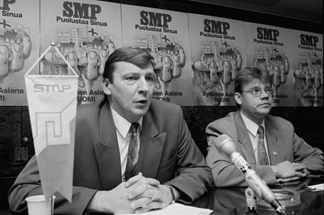 SMP:n Raimo Vistbacka ja Timo Soini 1990-luvun alussa. Vennamolaista perinnettä häädetään nyt perussuomalaisista.
