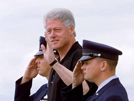 Bill Clintonin presidenttikaudella Air Force One laskeutui Moffet Fieldiin paluumatkalla Sequoia National Forest -kansallispuistosta.