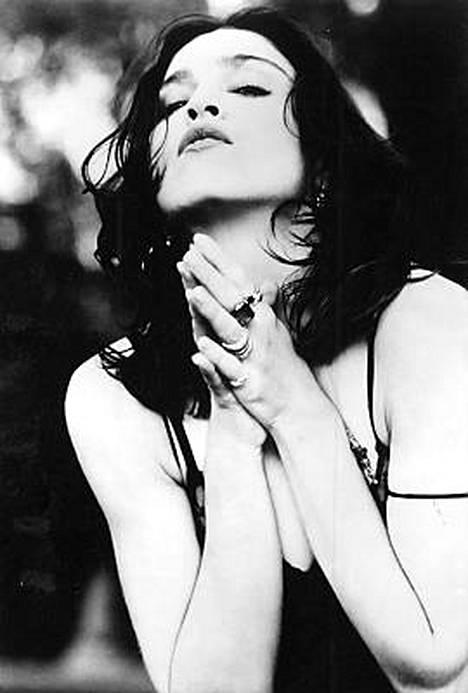 Tällaisessa lookissa Madonna esiintyi muun muassa Like a Prayer -videolla. Kappale sai katolisen kirkon raivoihinsa ja juomajätti-Pepsi perui rahakkaan yhteistyösopimuksen tähden kanssa videon vuoksi.