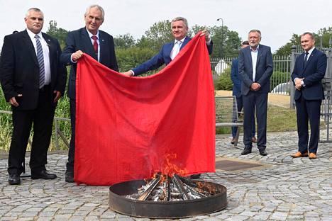 Punaiset, suuret alushousut syttyivät Tshekin presidentin Milos Zemanin (toinen vasemmalta) järjestämässä lehdistötilaisuudessa.