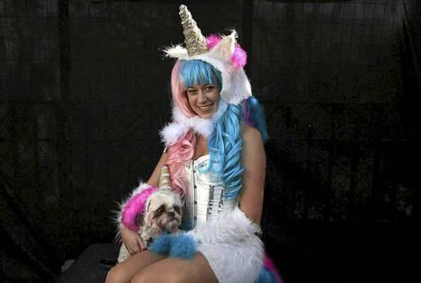 Jamae Hallberg on pukeutunut shih tzunsa Femman kanssa yksisarvisiksi.
