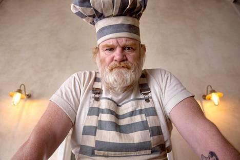 Brendan Gleeson näyttelee vankilan ärjyä kokkia.