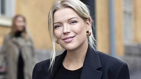 Linda Juhola on kirjoittanut suosittua P.S. I Love Fashion -blogiaan jo vuosien ajan. Blogin ohella hän työskentelee Instagramin sekä Nonsense-podcastinsa parissa. Hän on asunut jo pitkään Tukholmassa yhdessä avopuolisonsa Steven kanssa.