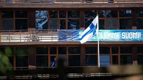 Suomen lippu liehuu hotellin edustalla.