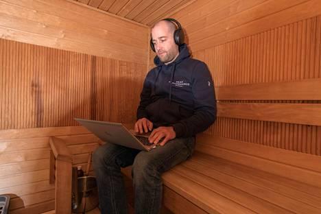 Jukka Koivulan työskentelytila muistuttaa joskus kummasti saunaa.