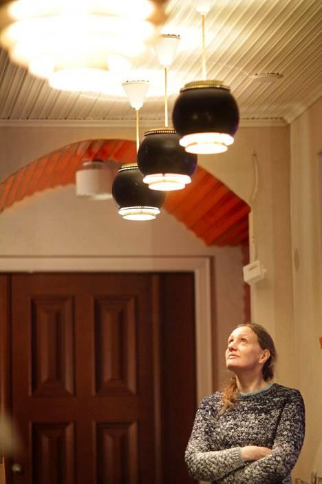 Tupareissa arkkitehti Klemetz ja keksijä Käpylehto aikovat esitellä komean kotinsa lukuisia iloja.