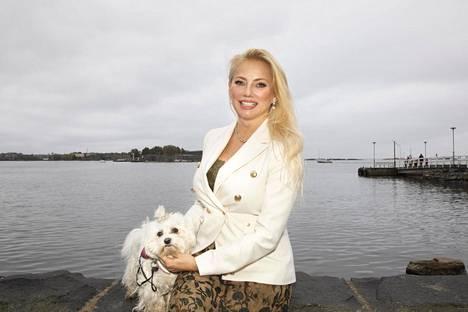 Doria-koira muutti emäntänsä kanssa Ruotsin hienostopiireistä Helsigin Kaivopuistoon. Kaksikko asuu kahdestaan asunnossa, josta avautuvat upeat näkymät sekä viereiseen Kaivopuistoon että merelle.