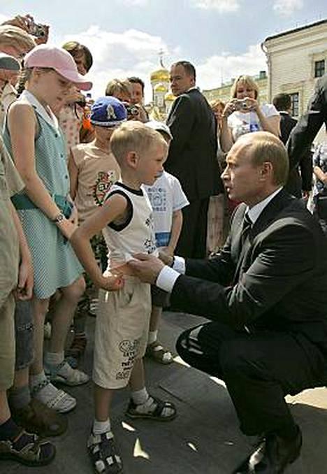 Putin aiheutti kohun pari vuotta sitten suutelemalla viisivuotiasta pikkupoikaa vatsaan.